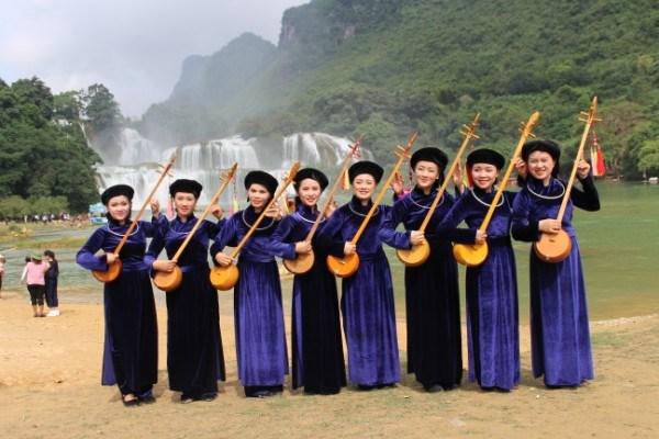 Những thiếu nữ Tày trong trang phục truyền thống.