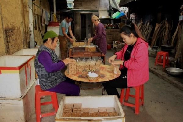 Nhiều gia đình ở xóm Nà Giàng, xã Phù Ngọc gìn giữ và phát triển nghề làm bánh khẩu sli.