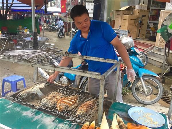 Cá được nướng trên bếp than hồng để giữ hương vị thơm ngon tự nhiên.