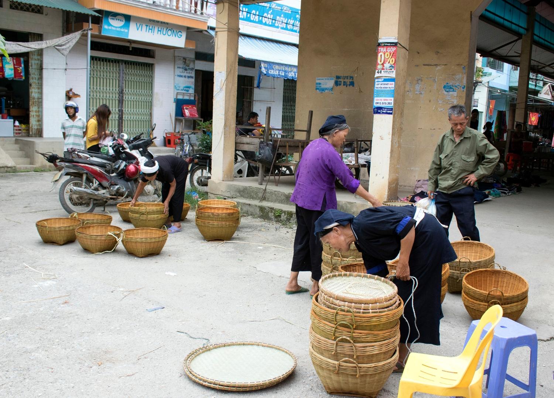 Sản phẩm đan lát tại chợ phiên (Hoài Nam)