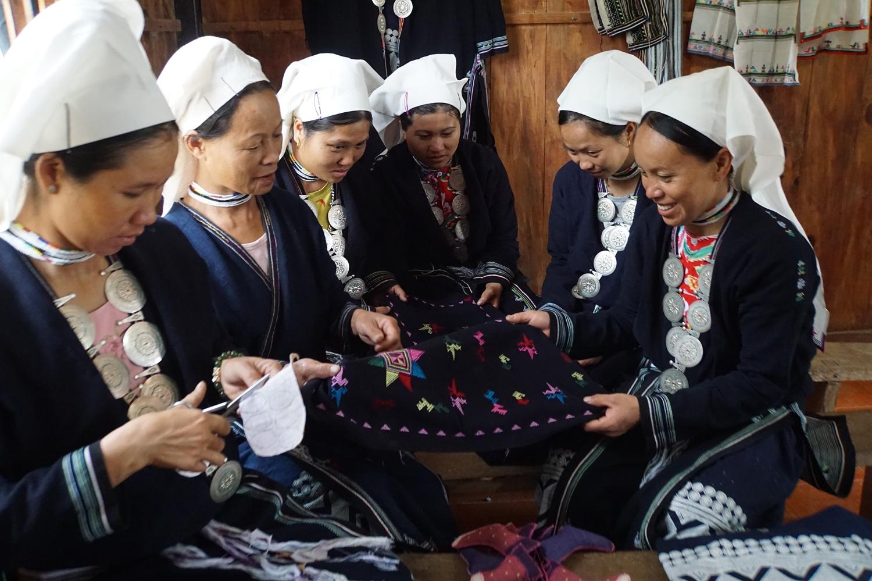 Truyền nghề thêu thổ cẩm của người Dao Tiền (Phạm Khoa)