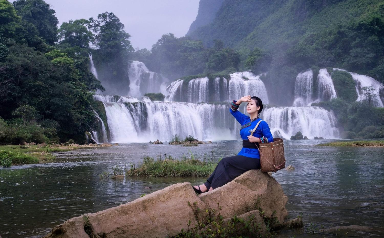 thiếu nữ bên dòng thác