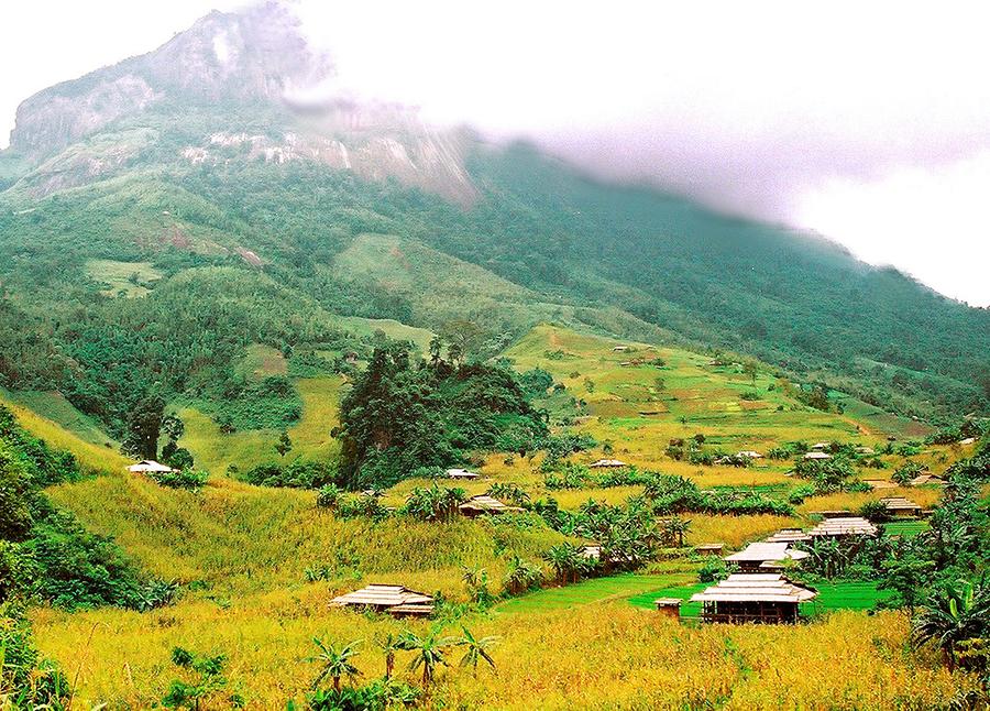 Bản Mông dưới chân núi Phia Dạ Văn Học